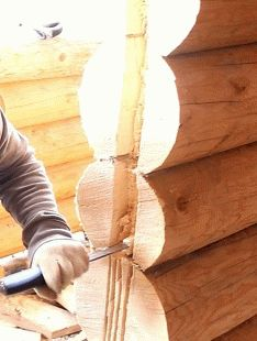 Как установить дверь в срубе из бревна?